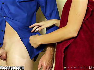 molten mummy Jasmine Jae gives the massagist a hand-job