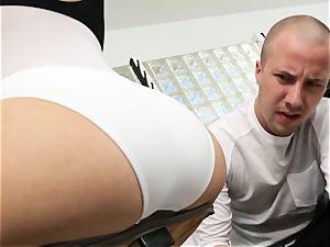 Kagney Linn Karter super-sexy gym banging