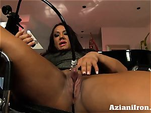 mummy powerful chick Amber pumps her fat love button