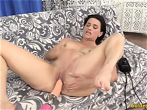 Mature cunt Is splayed by a Machine