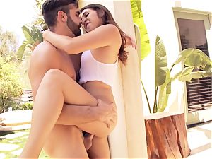 sizzling sizzling Ariana Grand comes in from the sun to poke